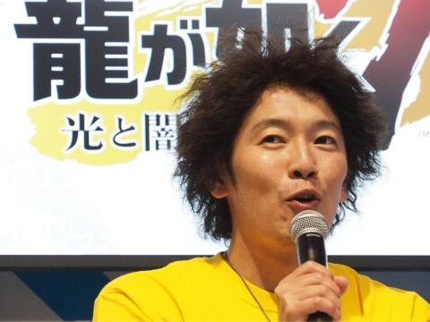 主人公を演じる中谷一博氏。作中の春日一番と同じ髪型で登壇した