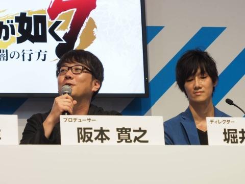 プロデューサーの阪本寛之氏、ディレクターの堀井亮祐氏。堀井氏が実機でプレーする映像を見ながら、堀井氏が解説する、というスタイルでステージは進んだが、この13日のステージでは、バトルで一番が負けてしまうというハプニングも