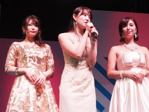 この日のステージでは、本作に登場する3人の助演女優、鎌滝えりさん、沢すみれさん、柳いろはさんも登壇。それぞれが作中でどのような役割を担うのかを発表した。写真は左から順に沢さん、鎌滝さん、柳さん
