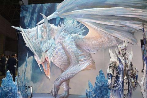 『モンスターハンターワールド:アイスボーン』に登場するモンスター「冰龍イヴェルカーナ」の巨大模型を正面に展示