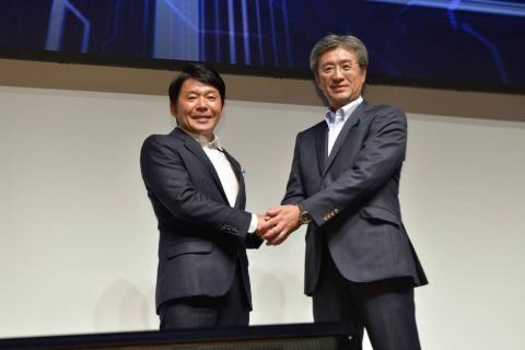『ストリートファイターⅤ』大会の開催を発表するカプコンの代表取締役社長COOの辻本春弘氏(写真左)と、インテルの代表取締役社長の鈴木国正氏(写真右)
