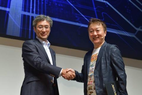 インテルの鈴木氏(写真左)と、「ストリートファイター」シリーズの統括プロデューサーの小野義徳氏(写真右)は大会の成功を誓い、がっちりと握手した