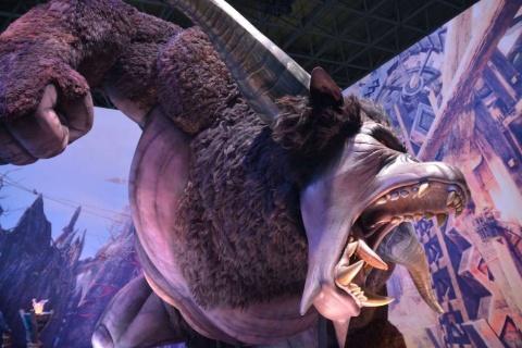東京ゲームショウ2019のカプコンブースには、『モンスターハンターワールド:アイスボーン』に登場する「ラージャン」と呼ぶ巨大モンスターの模型を展示している