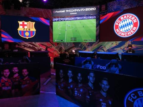 『eFootball ウイニングイレブン 2020』の試遊コーナー。初日のビジネスデイでは、プロゲーマーによるデモンストレーションも行われていた