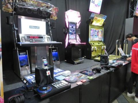 ゲームセンターでおなじみの音楽ゲームをスマホ用にアレンジし、専用コントローラーで遊べるようにした「ULTIMATE MOBILE(アルティメットモバイル)」シリーズ