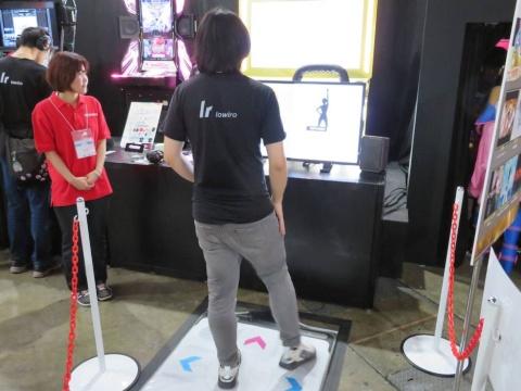 「アルティメットモバイル」版『DanceDanceRevolution』も、マットコントローラーで遊べるデモを展示