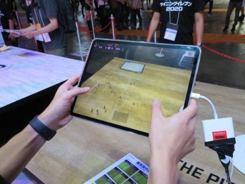 世界初公開となる、「ウイニングイレブン2020」のAR版体験コーナーも登場。タブレットのカメラで映した本物のテーブルがサッカーのピッチとなり、タッチやスワイプ操作で選手とボールを動かす