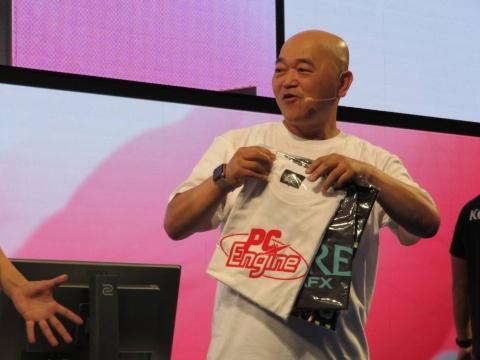 貫禄の勝利を収めた高橋名人には、「PCエンジン」のTシャツ3着がプレゼントされた