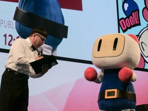司会はタレントのイジリー岡田さん(左)、『スーパーボンバーマン R』のキャラクター「白ボン」(右)