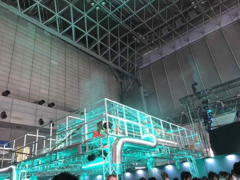 試遊展示の天井はFF7の世界「ミッドガル」のように怪しげに光っていた