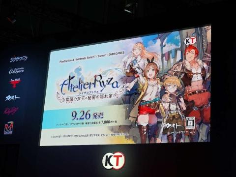 試遊エリアの隣にあるイベントステージでは大画面でPVが流れている
