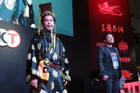 ステージイベントに登場したおもしろ三国志とプロデューサーの越後屋和広氏