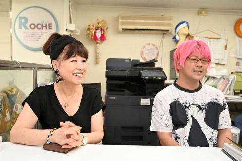 ロッシュの武藤幸子社長(写真左)と、デザイナーの中島一生氏