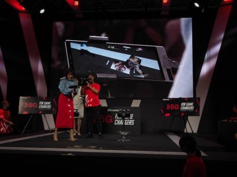 有名プレーヤー同士が対戦したリプレイをスマホ越しにARで再生する技術を展示している。写真はオープニングイベントでタレントの夏菜さんが体験しているところ