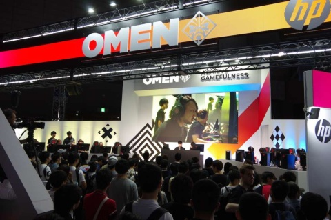 日本HPのブースでは、ゲーミングPCブランド「OMEN」製品を展開。ステージでは「OMEN Challenger Series 2019」試合を実施している