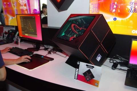 「OMEN X 900」立方体のケースの正面や内部が光るのが特徴。Core i9-9820XやGeforce RTX 2080 Tiなど最上位クラスのパーツを搭載している