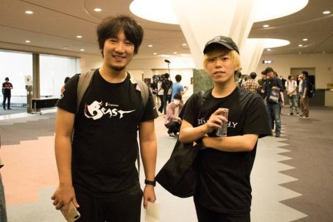 梅原大吾選手(左)とカワノ選手