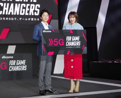 オープニングイベントに登壇したNTTドコモ デジタルコンテンツサービス部長 吉田裕之氏と、女優の夏菜さん