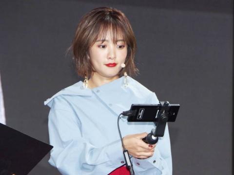 イベントでは夏菜さんも、5G対応のスマホ試作機を利用し、『ストリートファイターV アーケードエディション』のAR観戦を体験