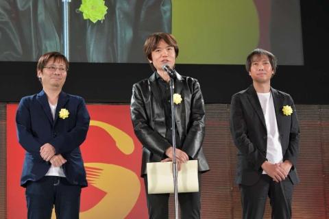 経済産業大臣賞は「大乱闘スマッシュブラザーズ プロジェクトチーム」が受賞した。受賞のオファーがあったときは「開発チーム」としてだったが、ディレクターである桜井政博氏(中央)の「開発以外の、スマブラに関わった全スタッフを含めてほしい」という希望に沿って「プロジェクトチーム」となった