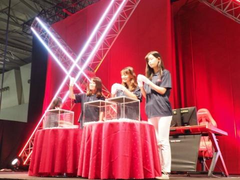 各メーカーの担当者たちがステージで見どころなどを解説するあいだ、黙々と抽選を続けるアシスタントの女性たち。ちょっとシュールな光景だった。