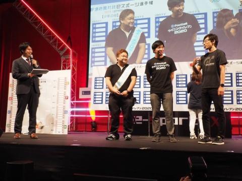 左から、MCの郡正夫氏、セガゲームスの細山田水紀氏、コナミデジタルエンタテインメントの梅津慧氏、ポリフォニー・デジタルのYAM氏。それぞれの見どころなどを解説した。
