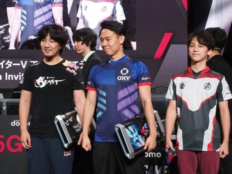 日本代表は、右から竹内ジョン選手、ときど選手、ウメハラ選手の豪華メンバー。エース級のときど選手を中堅に据えることができる贅沢な布陣