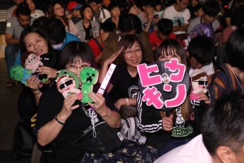 うちわを持ったファンなども多数見られた。「HIKAKIN、SEIKINのファンで、応援のために東京ゲームショウに来た」とのこと