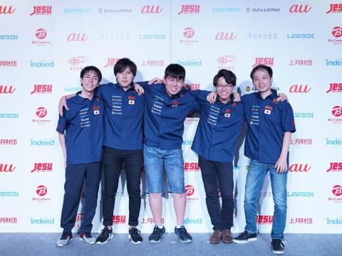日本代表となったTeam May。写真左から、Suan選手(リーダー/サポート)、野球犬選手(キャリー)、うたたねかえる選手(ミッド)、Arab選手(オフ)、toyomaru選手(サポート)。()内はポジション