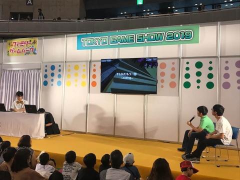 日本ゲーム大賞2019「U18部門」の金賞を受賞した池上颯人氏と銅賞の梅村時空氏。ゲーム実況をしながら二人に質問するさなぴー氏(写真左、松田氏は飛行機の都合で早退した)