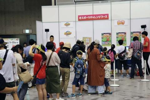 『ぷよぷよeスポーツ』の様子。大会終了後にゲームを体験しているときの写真