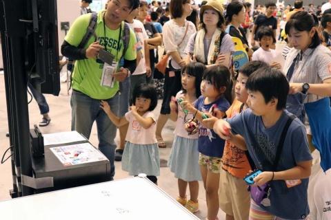 『釣りスピリッツ Nintendo Switchバージョン』の大会の様子。小さな子供たちが熱心にゲームに取り組んでいた