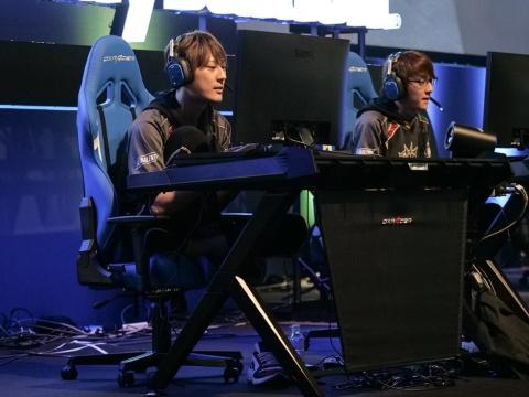 常勝無敗のLibalent Vertexからは、sitimentyo選手(左)とxAxSy-選手が出場。スペシャルマッチでも圧倒的な強さを見せつけた