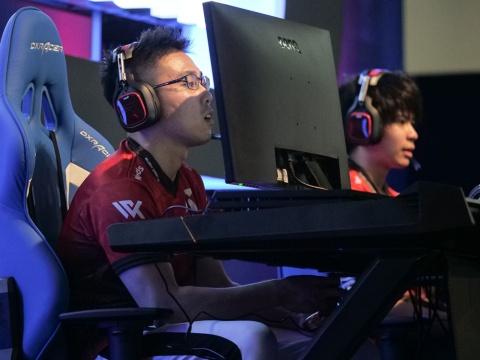 第1試合でCYCLOPS athlete gamingを下すも、スペシャルチームに惜敗してしまったRush Gaming。ディスプレーと顔を超接近させるスタイルで知られるWinRed選手(左)と、今年2月に加入したVebra選手