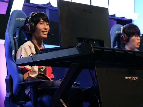 Unsold Stuff Gaming。NiRu選手(左)と、「日本一格闘攻撃が速い男」、Duffle選手。負けてしまったが、Duffle選手の格闘攻撃が炸裂した瞬間は会場も大興奮