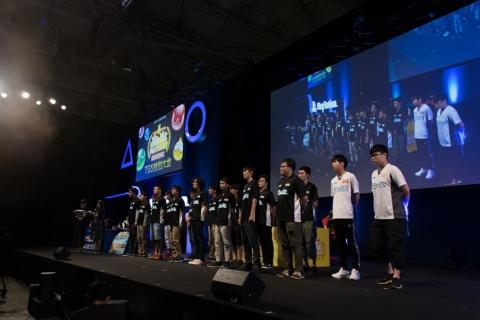 今大会出場選手全18人。白いゲームシャツを着ている2人が、海外からの特別招待選手だ。左が韓国代表のNero選手、右が台湾代表のAcliv選手