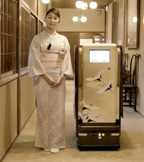 がんこフードサービスと共同で実証実験中の自動配膳ロボット。客席まで自動で食事を届け、最後はスタッフが手渡しする仕組み。スタッフは接客に集中できるため、サービス品質を維持・向上する効果も