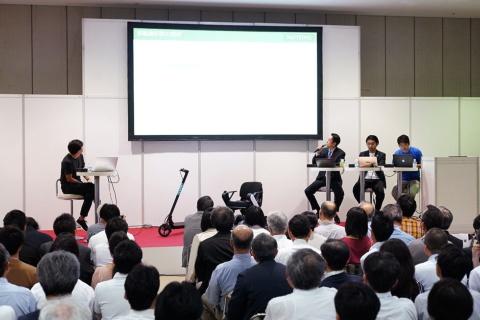 左がモデレーターの川島氏、右側のテーブルが左から大西氏、岡井氏、杉江氏