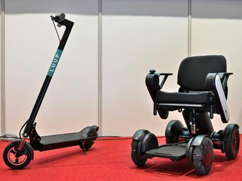 電動キックボード(左)と電動車椅子。これらの次世代モビリティがラストワンマイルをつなぐ