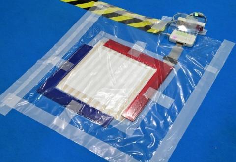 このシステムで最も重要なのが圧力センサーシート。基盤や電子回路を繊維に印刷して作るため、床に敷いたり、着用したり、さまざまな場所でセンシングできる