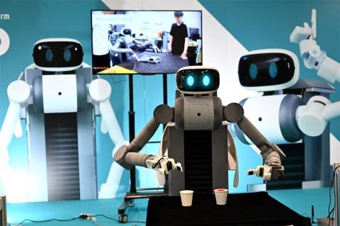 アバターロボット「ugo」。サイズは高さ110×幅45×奥行き66cmで、重量は約72kg。実用化にあたっては42kg程度までの軽量化を図るとのこと。現状4時間のバッテリー駆動時間も改善される予定だ