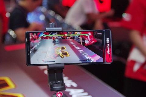 プロゲーマーの対戦プレーをARで観戦する「AR観戦ブース」。5Gスマホの活用で正確な位置情報を遅延なく送信することで、好きな角度からプレーを観戦できる