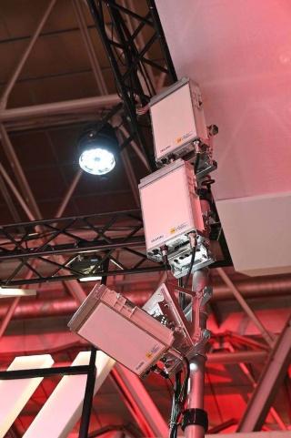5Gのアンテナ部分を拡大したところ。3.7GHz帯と4.5GHz帯の、2つの帯域が用いられており、会場全体をカバーできるようアンテナが向けられている