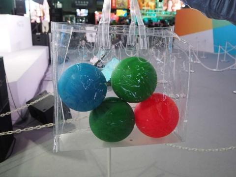 ガチャを引くとさまざまな色のボールが出てくる。色に応じてもらえる賞品は異なる
