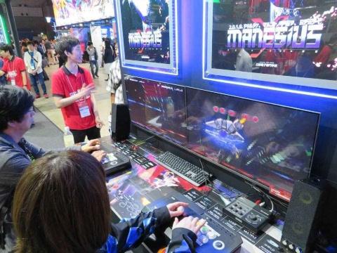 モニターを2台を並べた、超ワイド画面で遊ぶ『MANESIUS』。2人同時プレーにも対応している