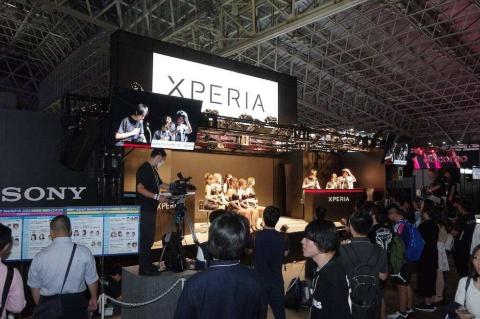 ステージではゲーム対戦やコンパニオンとのトークイベントを実施