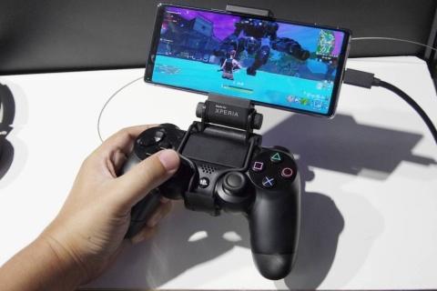 Android用フォートナイトを、DUALSHOCK 4でゲーム機と同等の操作性でプレー。純正オプション「XD mount」を使うとXperiaとDUALSHOCK 4を一体化して持てる