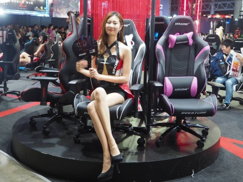 ブース内にはAKRacingのゲーミングチェアが多数展示されており、実際に座ることも可能だ