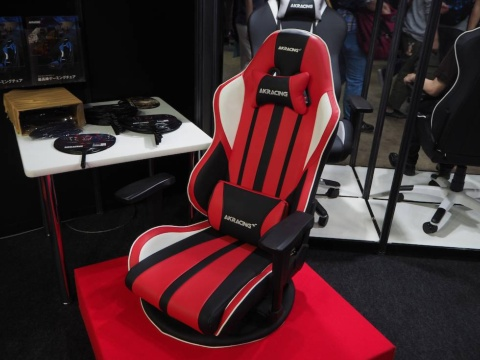座椅子型のゲーミングチェア『極坐V2』。床に座ってゲームをする習慣のある日本に向けた、日本オリジナルモデルだ