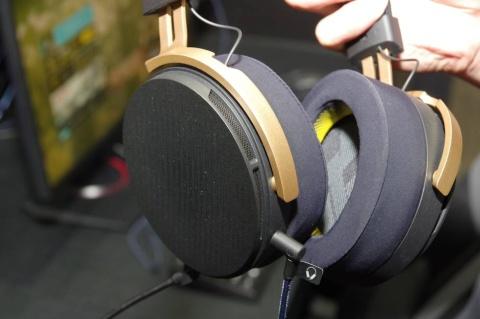 「SHIDO:001」のイヤーパッド部は、耳を広いスペースで覆う構造だ。この形状ながらも圧迫感はなく軽量で装着しやすい